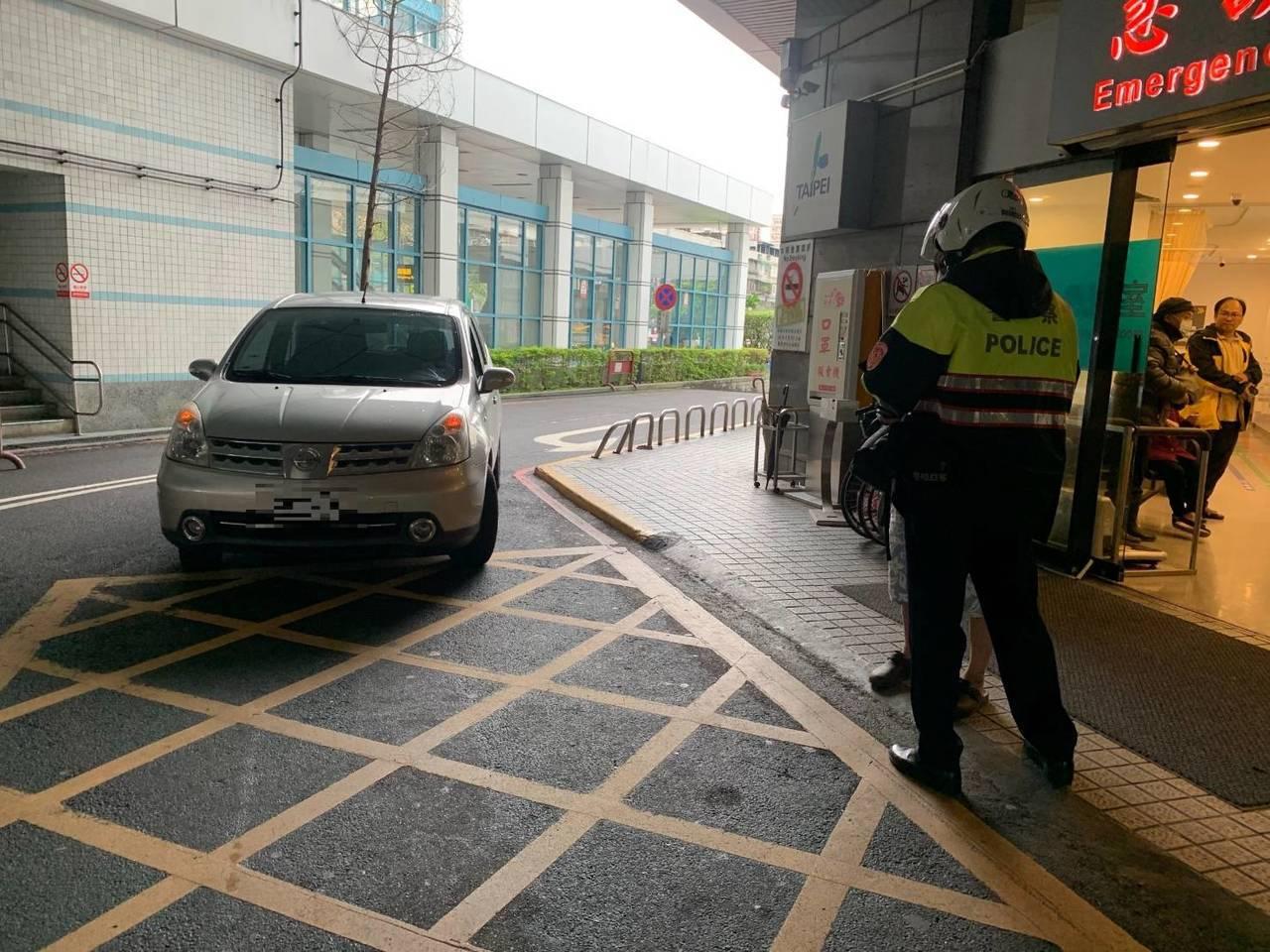 警方開道協助男子送妻就醫。圖/記者廖炳棋翻攝