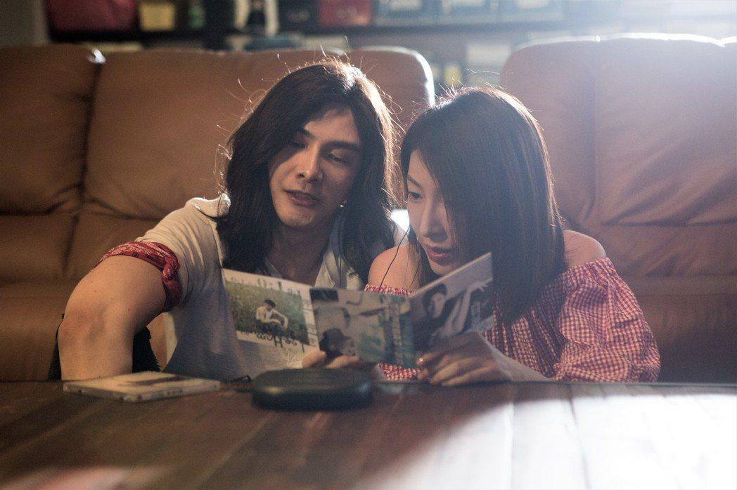 楊謹華(右)與謝佳見劇中上演青春戀愛。圖/八大提供