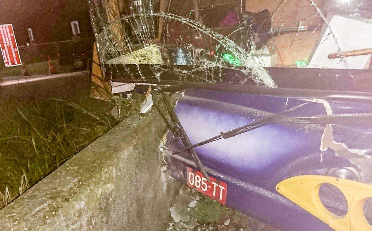 陸客團遊覽車今天晚上在花蓮縣壽豐鄉失控撞上右側道路護欄,場面驚險。圖/警方提供