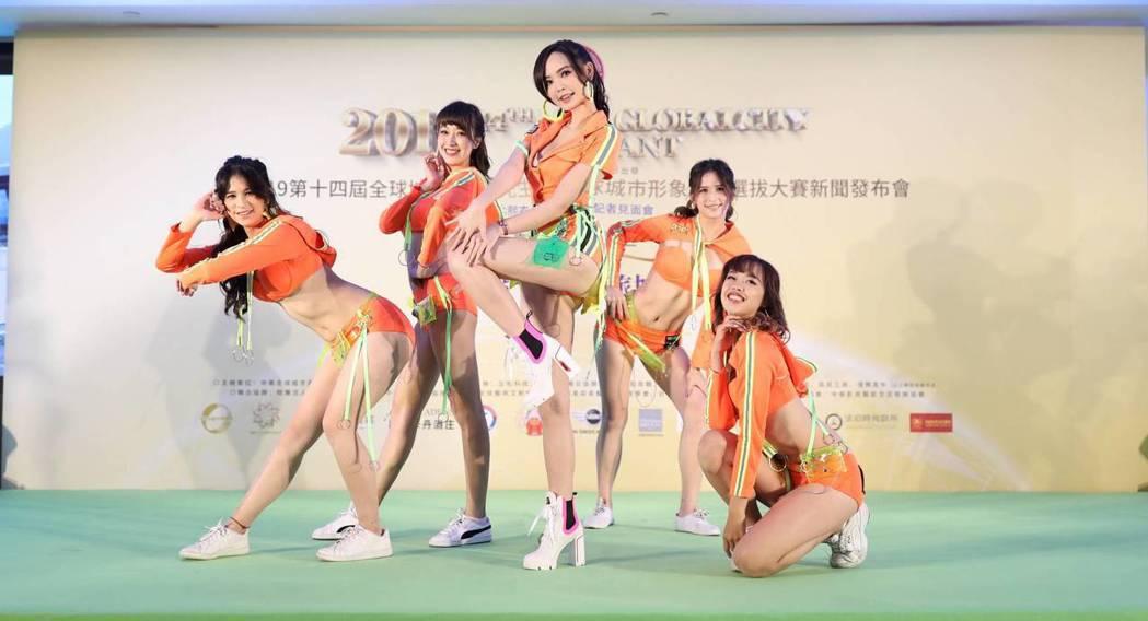 五位選美皇后一起表演「彼得潘而已亅。圖/全球城市小姐選拔協會提供