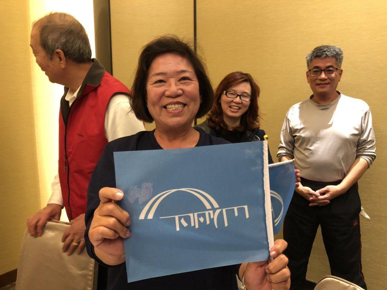 金門縣議員王碧珍展示會旗,她說,這是以王金平的名字來做發想。記者蔡家蓁/攝影