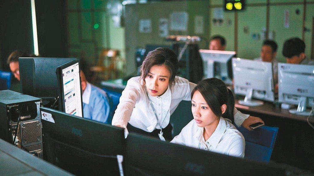 賈靜雯(左)在「我們與惡的距離」中飾演陳妤的上司。 圖/公視提供