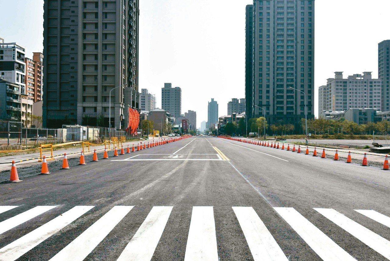 高市青海陸橋拆除,昨已平面化通車。 圖/高市府提供