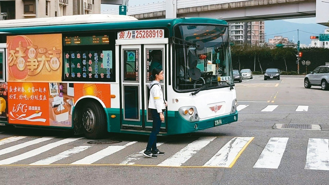 公車轉彎死亡車禍頻傳,北市警方昨找公車業者拍攝宣導影片。 記者翁浩然/攝影