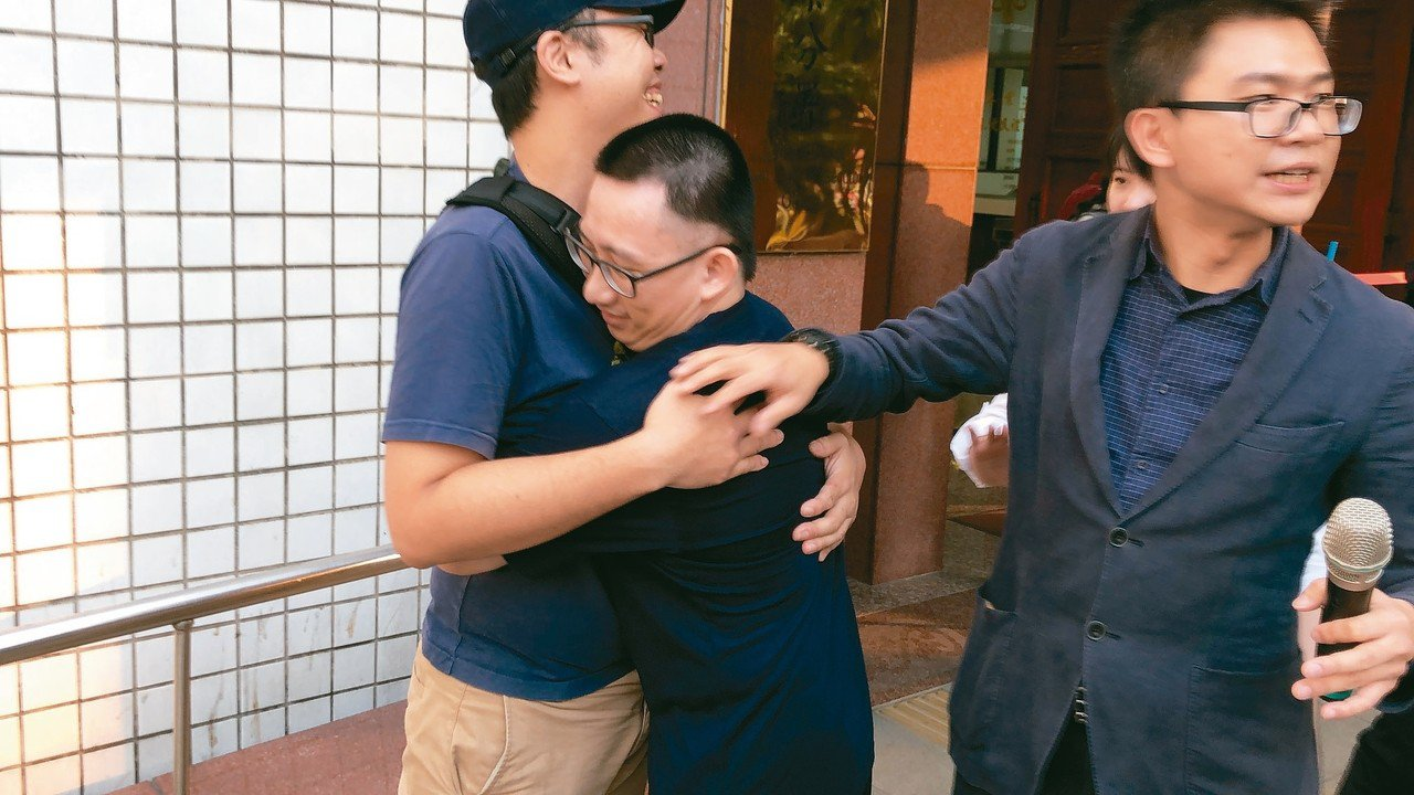謝志宏(中)重獲自由,感動與長期聲援夥伴相擁。 記者邵心杰/攝影