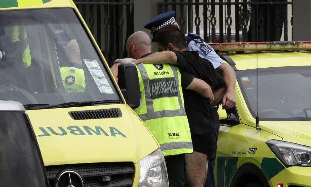 紐西蘭基督城市中心一座清真寺15日發生大規模槍擊案,圖為警方協助傷者進入救護車。...