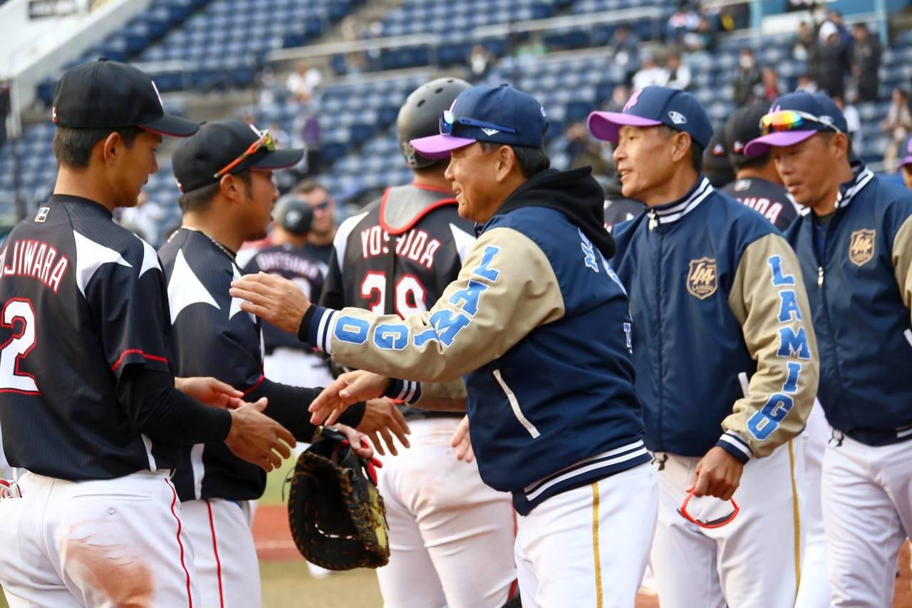 洪一中教練(中)賽後與對手握手。 圖/猿隊提供