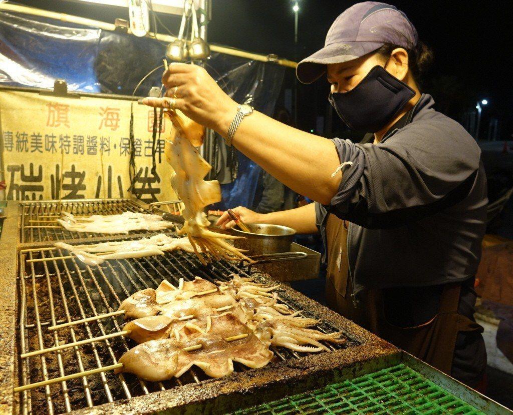 旗后商圈烤魷魚店家、小攤各有獨家醬料。 聯合報系資料照/記者楊濡嘉攝影