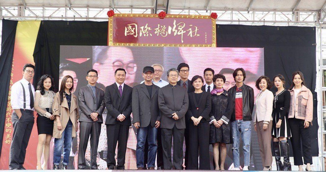 文化部長鄭麗君(前右六)下午在台北西門紅樓外,與眾演員楊烈(前右七)、周孝安(後...