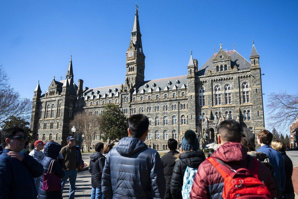 美國喬治城大學捲進大學入學行賄舞弊案,圖為喬治城大學的希利堂(Healy Hal...