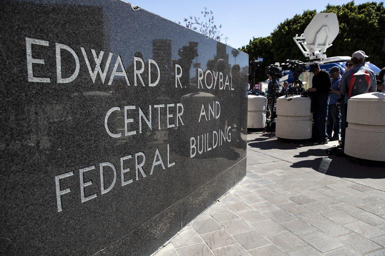 媒體記者13日在加州洛杉磯聯邦法院外守候。(歐新社)