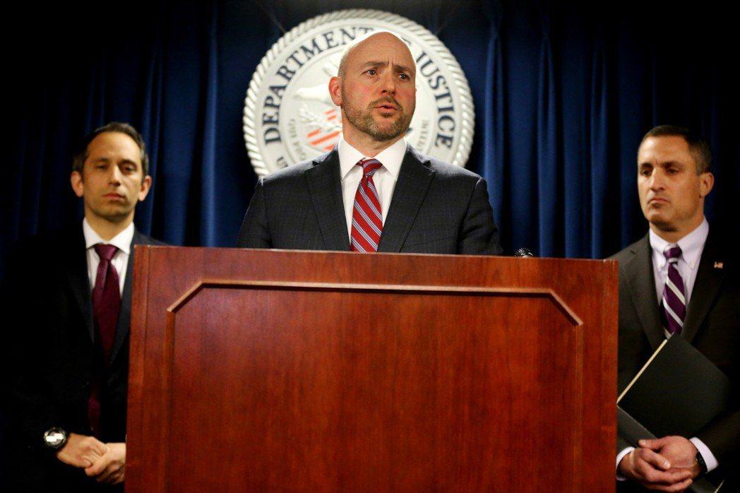 美國檢察官安德魯・勒林12日在記者會上宣布捲入大學入學行賄舞弊案的起訴對象。(歐...