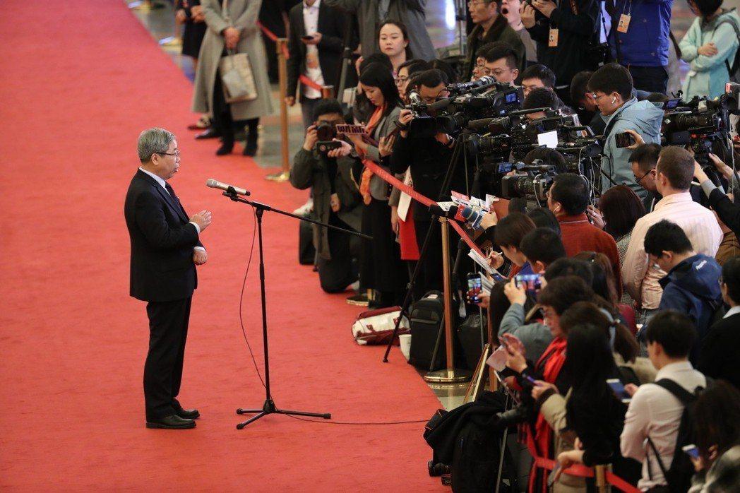 大陸官員在兩會「部長通道」回答記者提問。 (新華社)
