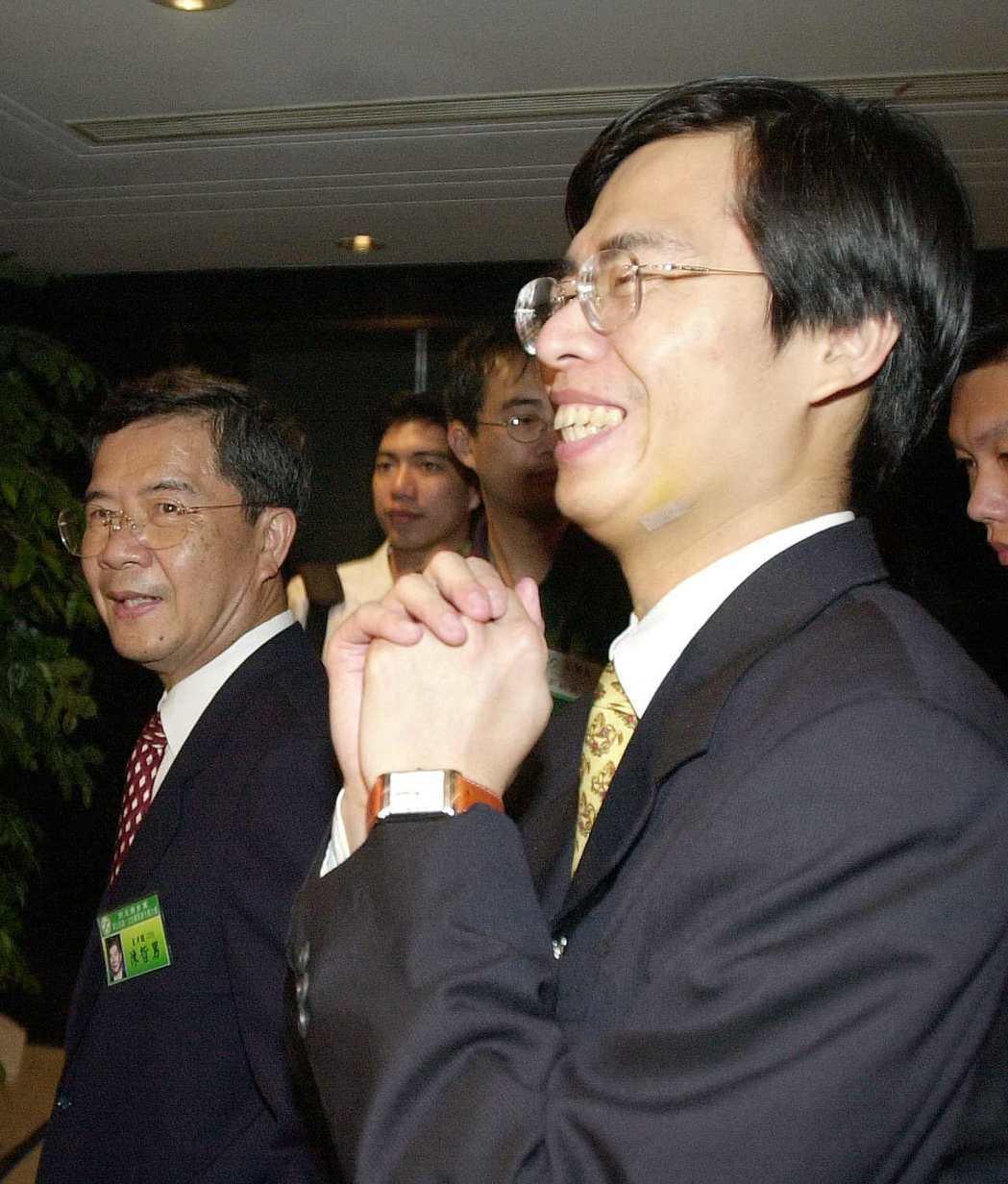 2000年7月,時任立委的陳其邁(右)與父親陳哲男(左)。圖/聯合報系資料照片