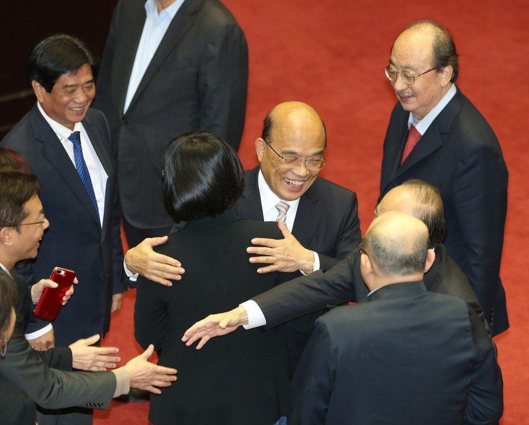立法院本會期總質詢昨天最後一天,行政院長蘇貞昌(中)院會結束後感謝委員。記者曾吉...