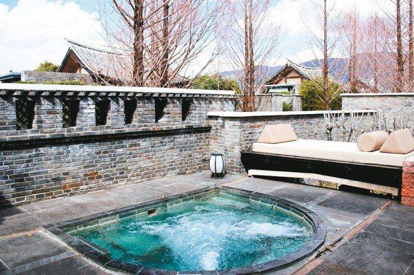 麗江悅榕庄每一間Villa庭院都有攝氏恆溫38度的溫水按摩池,真讓人極致放空。 ...