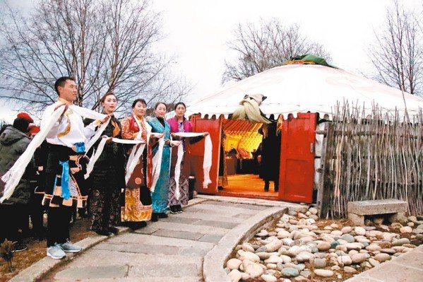 造訪仁安悅榕庄可以體驗在蒙古包裡用餐歌唱跳舞的歡愉。 圖/陳志光