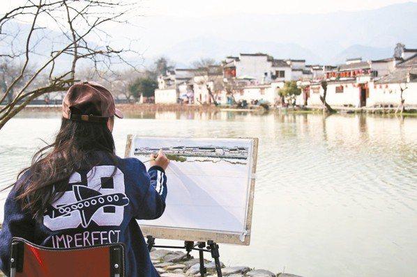 因電影臥虎藏龍聲名大噪的宏村,是年輕學子寫生的好去處。 圖/陳志光