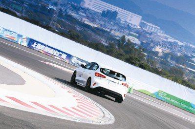 全新世代Ford Focus ST-Line路感更為鮮明、轉向也更精準。 圖/陳...