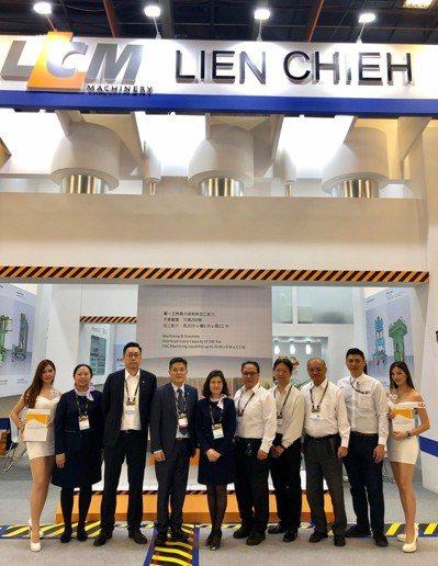「起始油壓/智能伺服」連結團隊於TIMTOS展區前合影,生產製造部副總王振吉(左...
