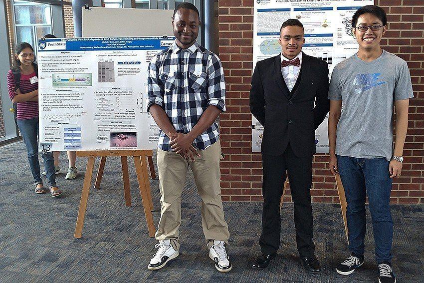 長庚大學蘇遠威同學(右)與賓大學生。 長庚大學/提供