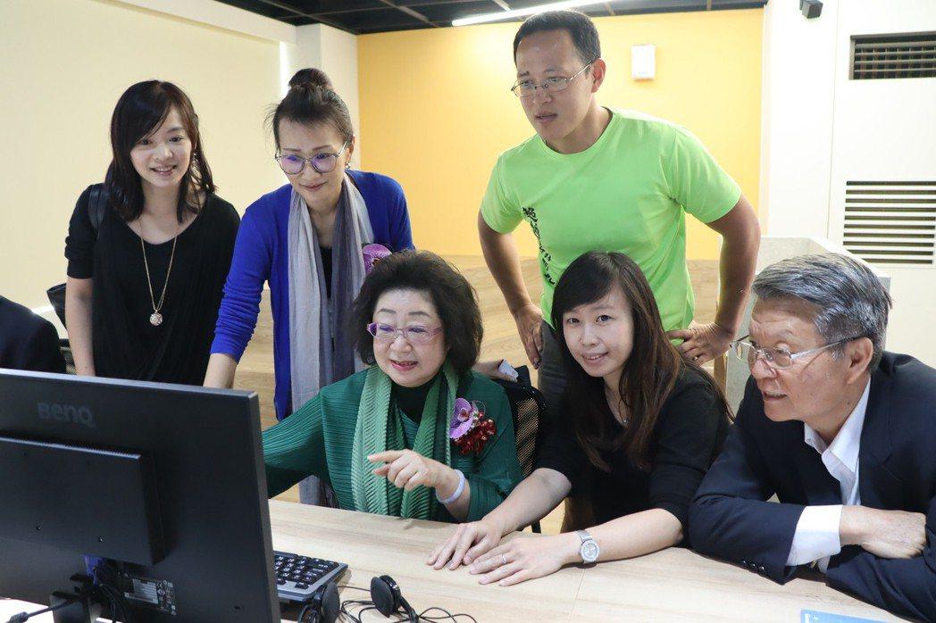 教育部次長范巽綠局長(前排左一)今天主持體感中心揭牌,也親身體驗戴上VR眼鏡體驗...