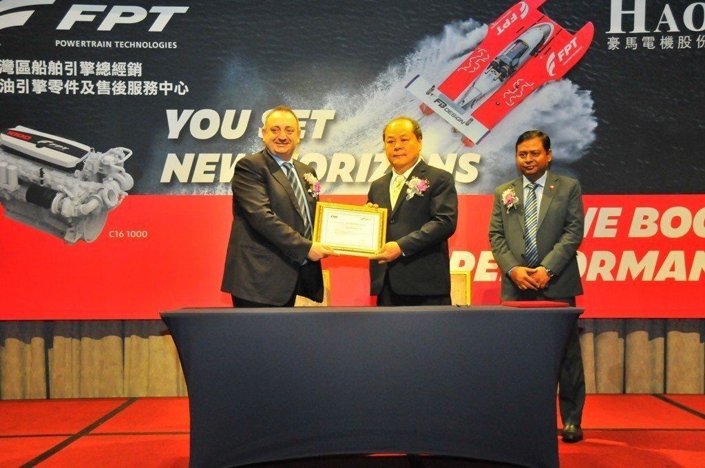 義大利FPT東南亞區總經理(左)親自頒發授權證書給豪馬電機董事長郭芳榮。主辦單位...