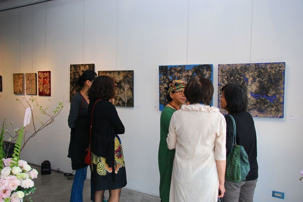 參觀者觀看作品互相交流心得。 楊鎮州/攝影