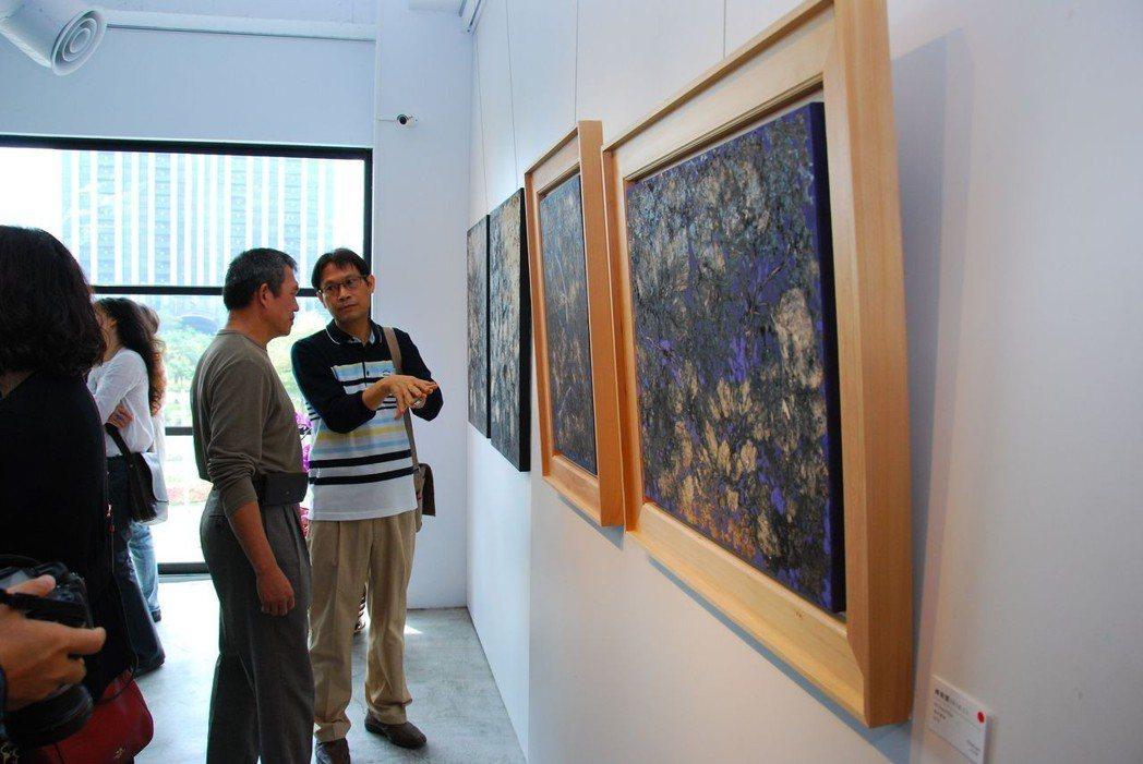 蔡獻友(右)向參觀者介紹作品的創作理念。 楊鎮州/攝影
