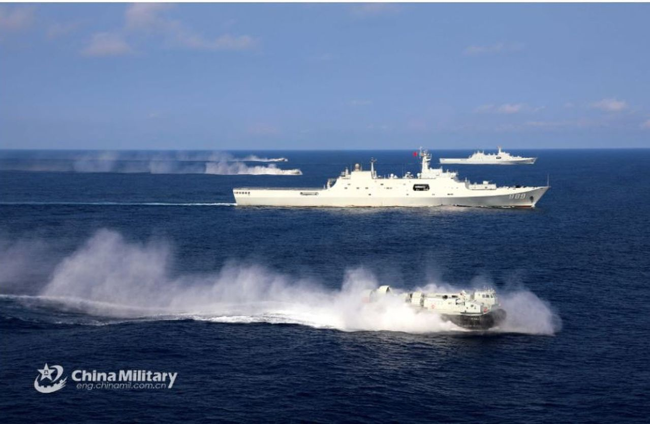 解放軍南海艦隊日前出動多艘新型登陸艦艇,在南海西沙海域展開奪島訓練(取材自中國軍...