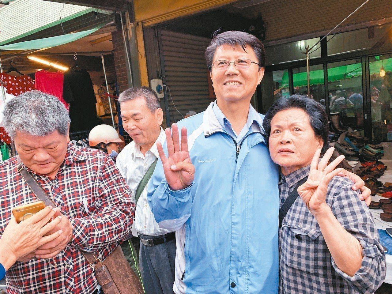 台南立委補選候選人謝龍介(右二)掃街拜票。 記者吳淑玲/攝影
