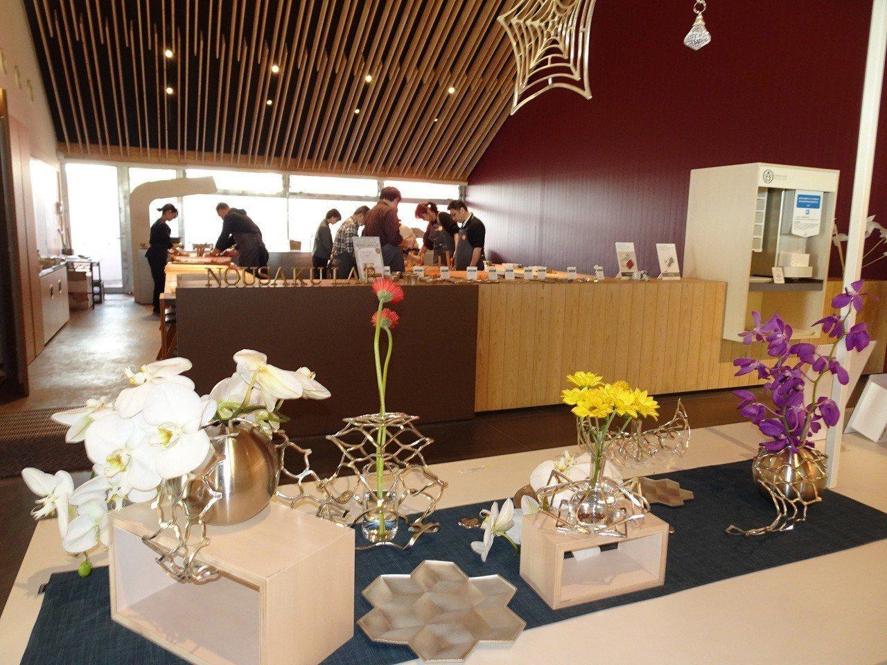 富山縣高岡市的能作在新廠展出雪花盤、魔術籃等產品,雪花盤是與台灣設計師合作的新品...