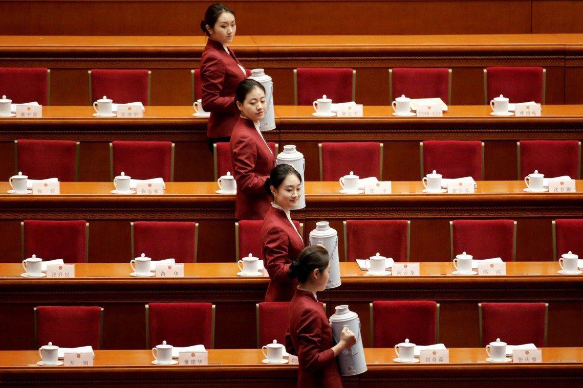 人民大會堂服務員的要求相當嚴格,既要才貌雙全、還要政治合格。有年齡與教育背景的限...