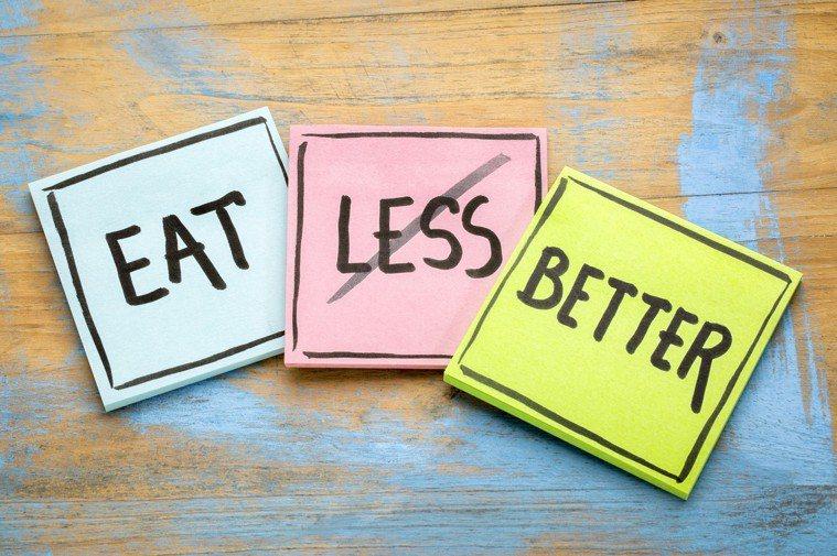 吃飯時間到了,即使肚子不餓還是要吃點東西,若是手上正好有工作要忙,也可以吃點簡單...