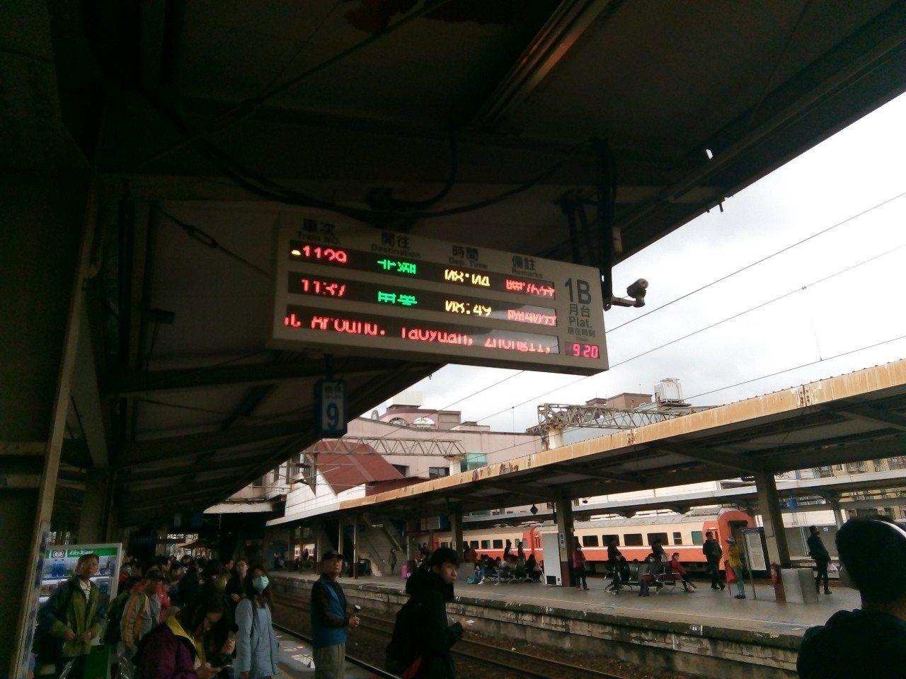 台鐵今天基隆-七堵間列車大誤點,有民眾看到日本旅客對誤點感到新奇,於是拍下誤點的...