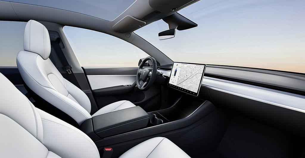 特斯拉Model Y利用全景天窗與高座椅營造寬敞感,並以15吋多功能觸控螢幕取代...