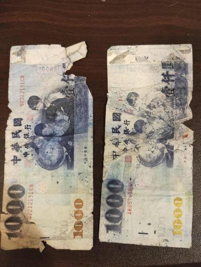 一名女網友的友人在超商打工,因收到客人給的2張破損千元鈔,反被店長當作薪水發放。...