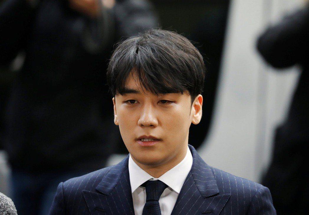 勝利(本名李昇炫),本來想要在高處明朗地生活著,如今因為一系列醜聞而黯然退出。 ...