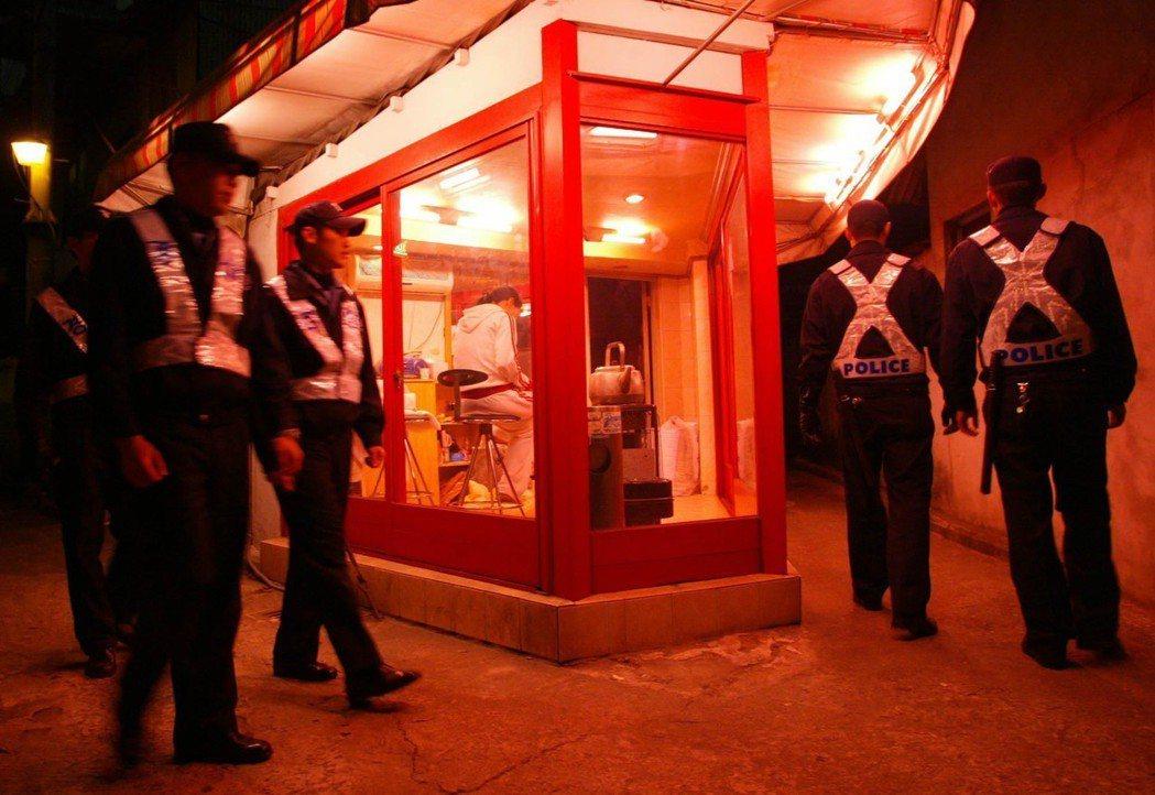 勝利事件中,牽扯出南韓警政黑箱吃案、與特權勾結的問題。圖為南韓紅燈區的警察,資料...