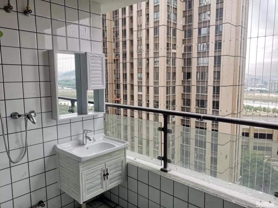 網友PO出一張照片直呼「太傻眼」,原來該房東竟把套房裡的浴室裝在陽台上。圖擷自/...