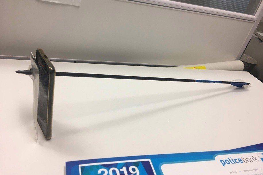 澳洲一名男子發現有人持弓箭在家門口徘徊,他拿iPhone想要拍照蒐證,竟遭對方射...