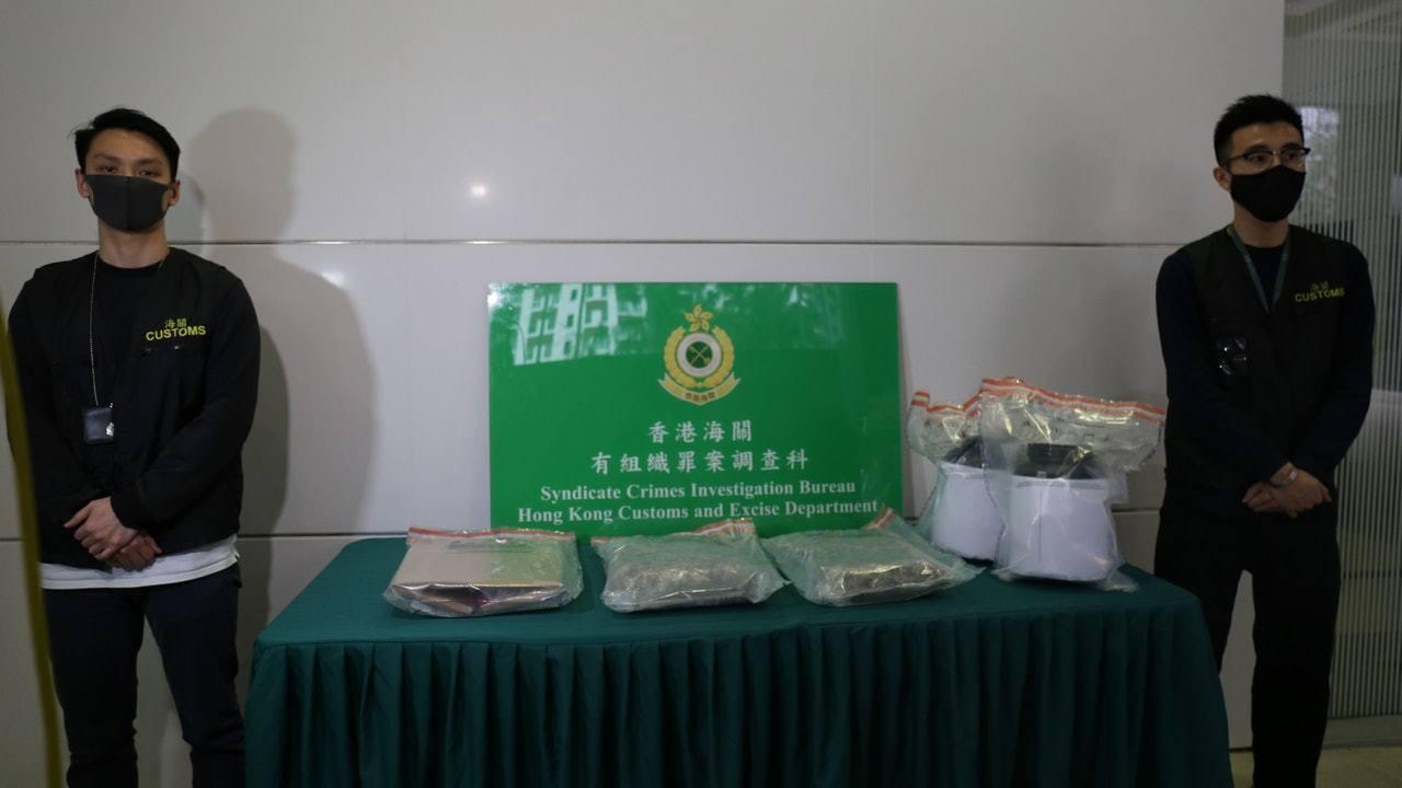 香港海關拘捕兩名15及16歲中學生,涉嫌與一宗美國寄港郵包藏有價值50萬大麻花案...