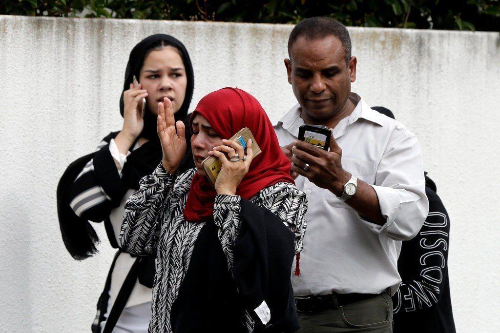 在清真寺外,有許多家屬試圖打電話與親友聯繫。圖片來源/美聯社