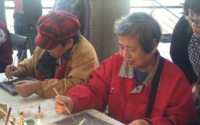 社區長輩們認真手作陶土。 圖片來源/失智時空記憶旅人
