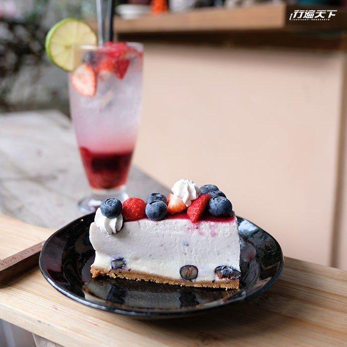 生乳酪蛋糕搭配各種繽紛的莓果,新鮮美味。