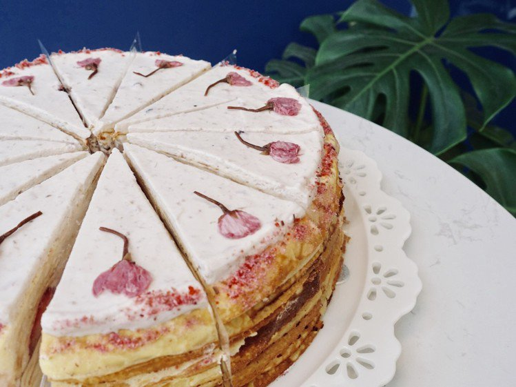 每片千層蛋糕上都有鹽漬櫻花點綴。記者張芳瑜/攝影
