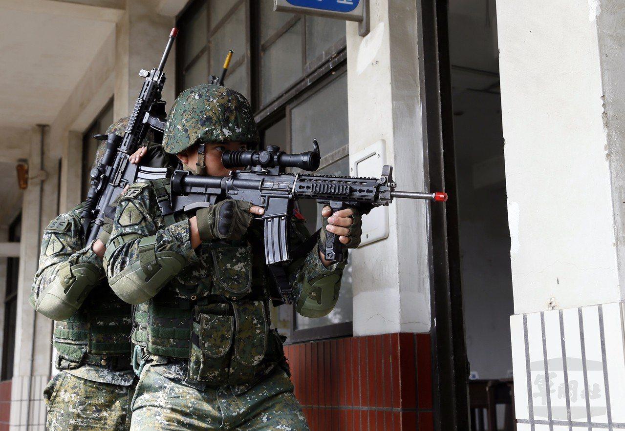 「濱海城鎮要地行軍訓練」昨天進入第二天。特4營以小部隊作戰的方式奇襲敵軍,模擬對...
