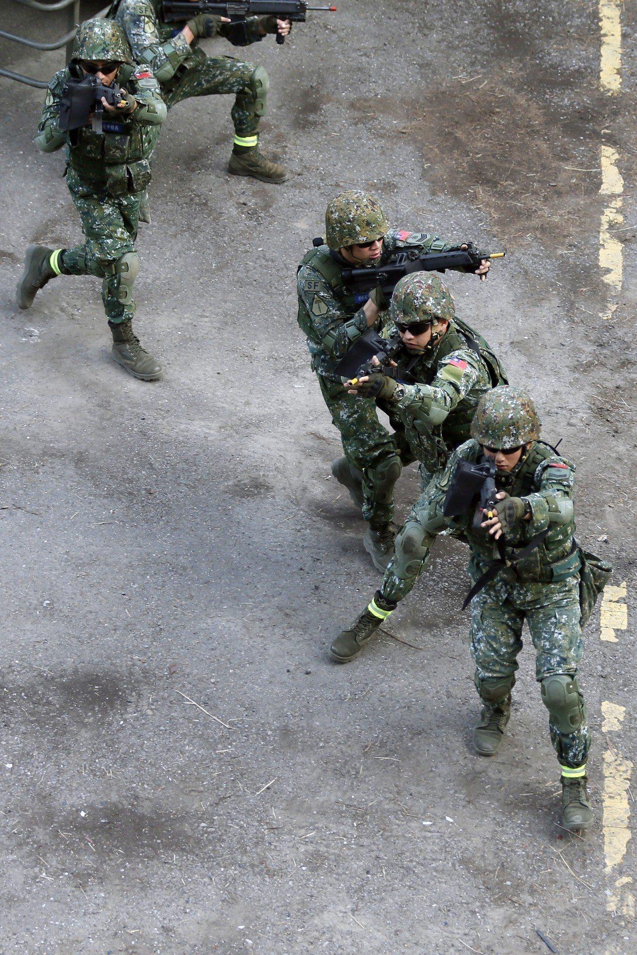 特4營以小部隊作戰的方式奇襲敵軍,模擬對假想敵進行攻擊。圖/軍聞社