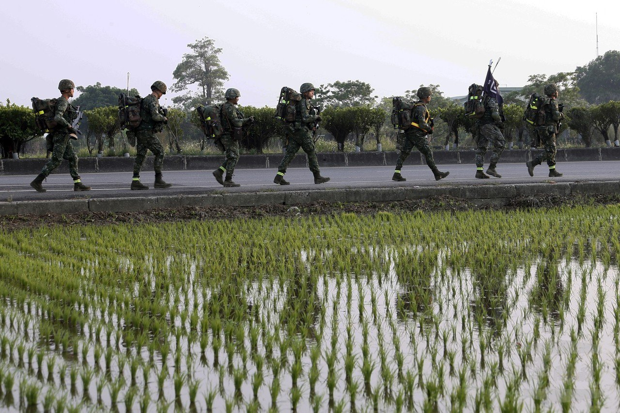 陸軍特種作戰指揮部特4營正沿著台灣西岸進行「濱海城鎮要地行軍訓練」。圖/軍聞社