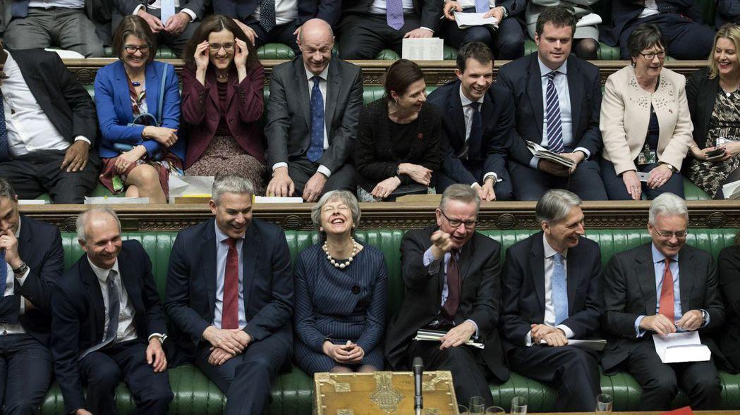 英國首相梅伊周四終於贏得國會對延期脫歐的支持,心情寫在臉上。 (美聯社)